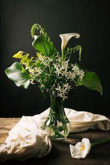 オランダカイウユリの花束の美しい静物