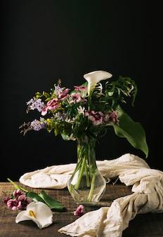 ゴージャスなブーケとクリスタルの花瓶