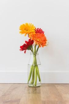 床に立っている花の瓶