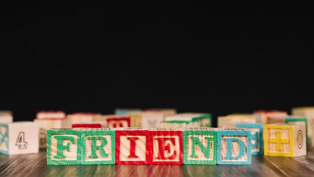 友達の碑文と木製の立方体