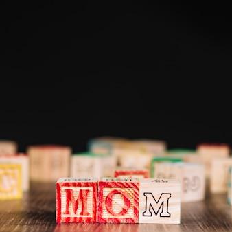 お母さんの碑文と木製の立方体