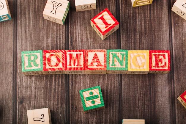 ロマンスのタイトルを持つ木製の立方体