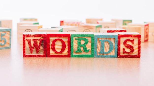 言葉のタイトルを持つ木製の立方体