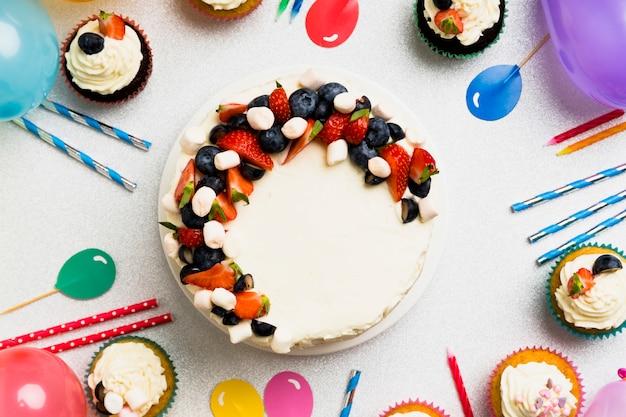 テーブルの上の果実と大きなケーキ