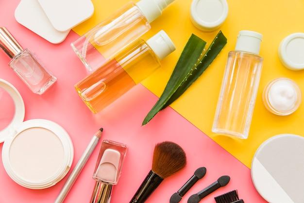 Вид сверху косметики макияжа и натуральных органических продуктов на двойном фоне