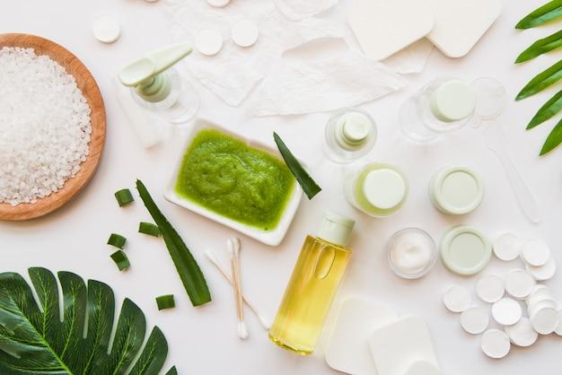 Натуральные спа-продукты с алоэвера на белом фоне