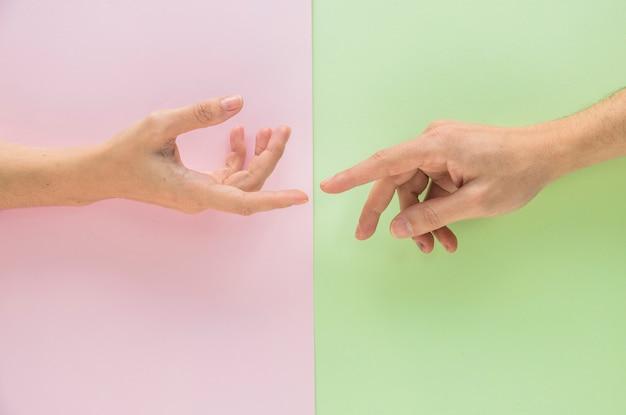 女性の手に触れる男