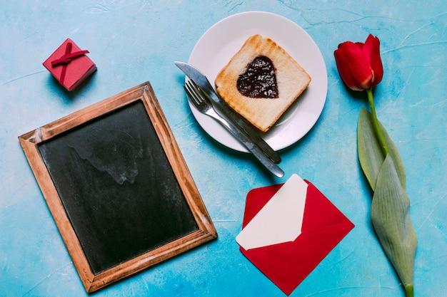 黒板でトーストにハート形のジャム