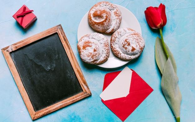 空白の黒板と皿の上の甘いパン