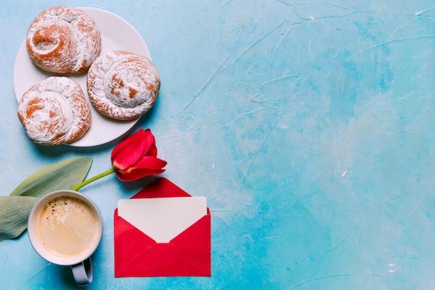 赤いチューリップと皿の上の甘いパン