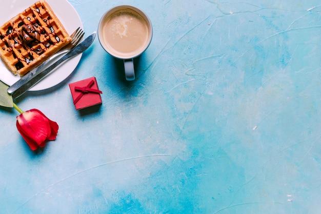 テーブルの上の赤いチューリップとベルギーワッフル