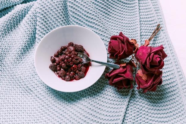 乾燥したばらと皿の上の果実