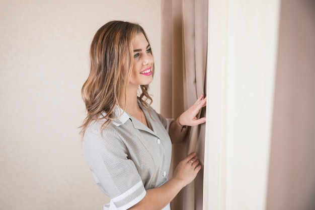 窓から外を見て女性の女中の笑みを浮かべて肖像画