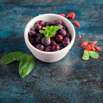 テーブルの上にボウルに冷凍果実