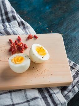 木の板にゆで卵