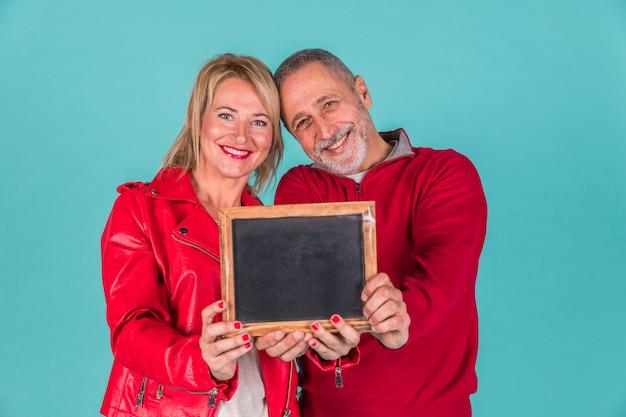 Пожилая пара показывает кадр