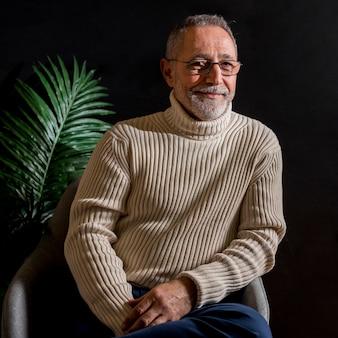 植物の近くの高齢者の男性の笑顔