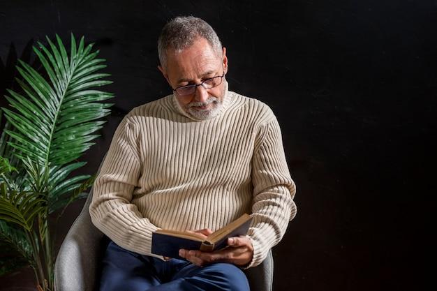 老人が本を読んで
