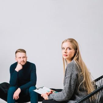 治療セッション中に患者の前に座っている女性の心理学者の肖像画