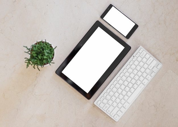 タブレットとスマートフォンのライトテーブルに空白の画面