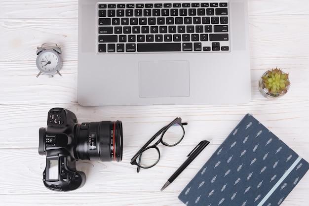 カメラとノートパソコンのラップトップ