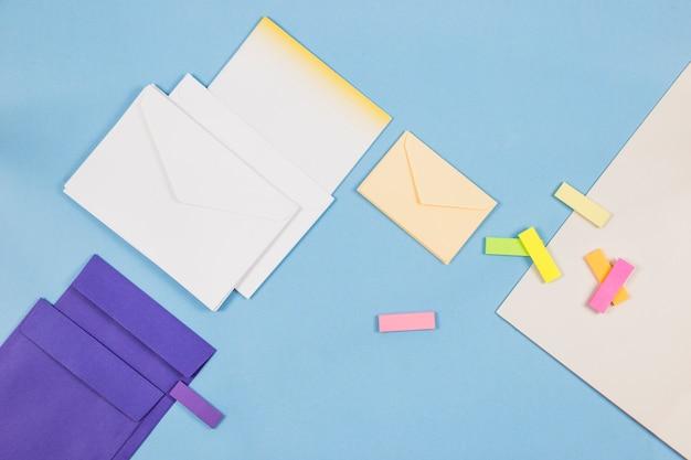 テーブルの上の紙のステッカーと封筒