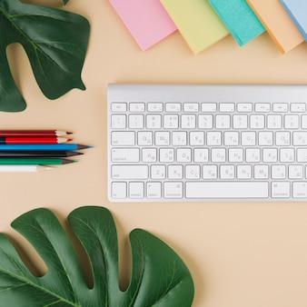 ステッカーとテーブルの上に鉛筆でキーボード