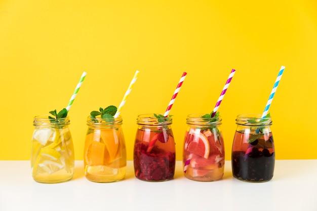 黄色の背景を持つ新鮮なフルーツジュース