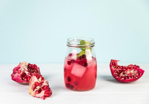 瓶の中の新鮮なアイスザクロジュースを閉じる