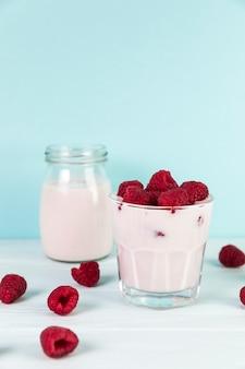 Крупным планом очки с домашним малиновым молочным коктейлем