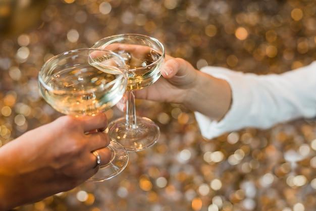 両手乾杯ウイスキーのクローズアップ