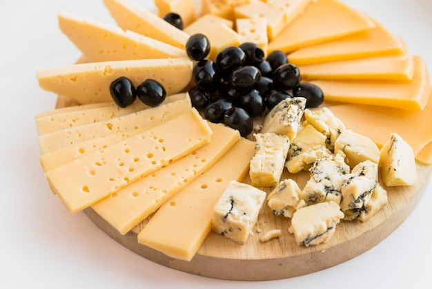フレッシュチーズと木製のまな板にオリーブのセット