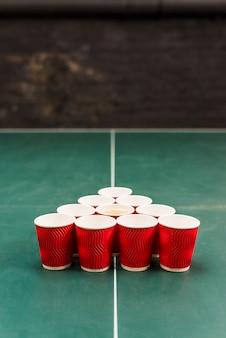 ビール卓球トーナメントのテーブルの上の赤いカップ