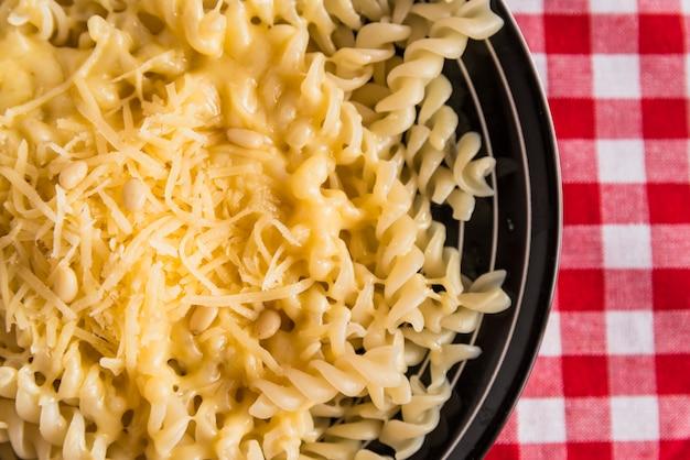 テーブルの上の皿に新鮮なパスタのチーズ