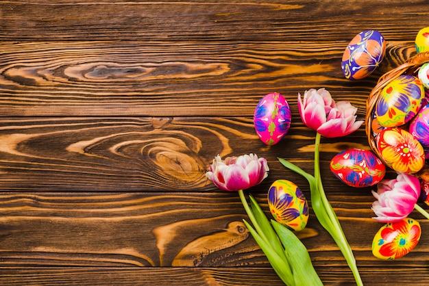 復活祭の卵のセットの近くの新鮮な花
