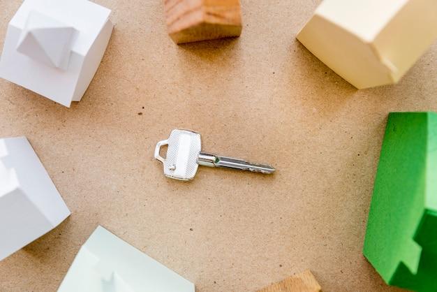 さまざまな種類の紙の家に囲まれた中央の鍵