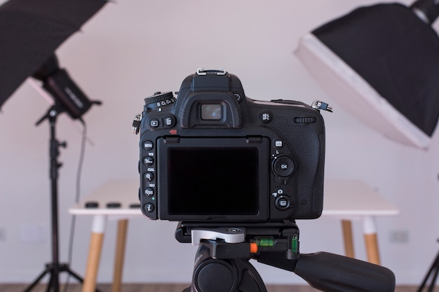 写真スタジオの三脚にデジタル一眼レフカメラのクローズアップ