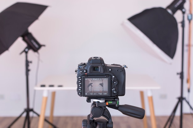三脚にプロの現代的なカメラスクリーンのビュー