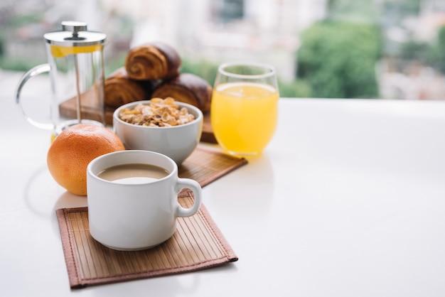 テーブルの上のコーヒーカップとコーンフレーク