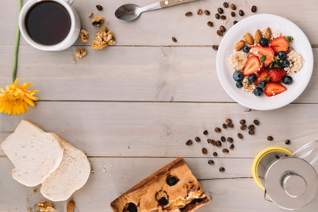 オートミールと木製のテーブルの上のトーストのコーヒーカップ