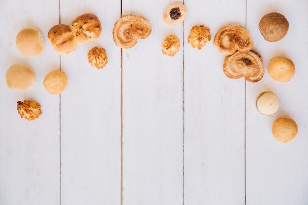 Разные печенья на деревянный стол