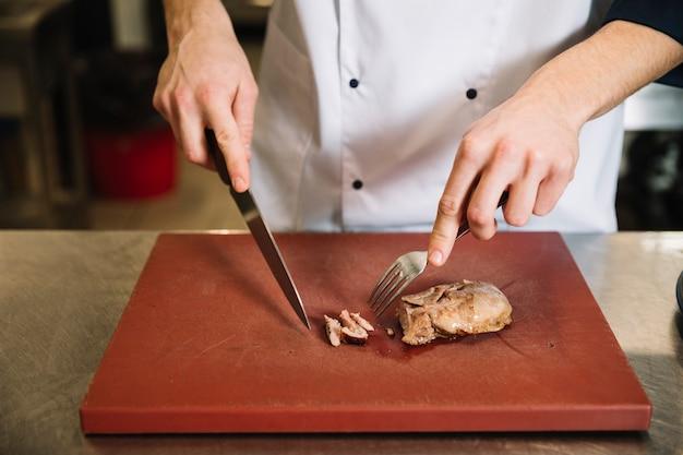 ボード上のカットロースト肉を調理