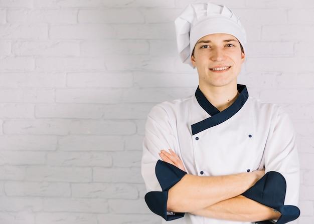 若い料理人の胸に腕を交差