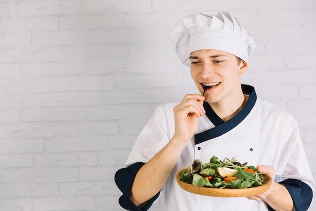 Приготовьте дегустационный салат из деревянной тарелки
