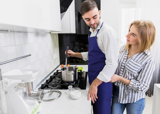 カップル鍋に水を沸騰