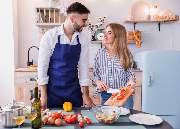 カット野菜を皿の上に置く女性