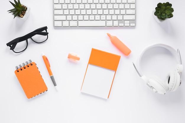 事務用品と白いオフィスデスクトップの平面図