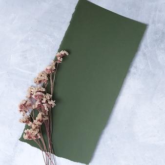 乾燥植物の小枝の近くの黒い紙