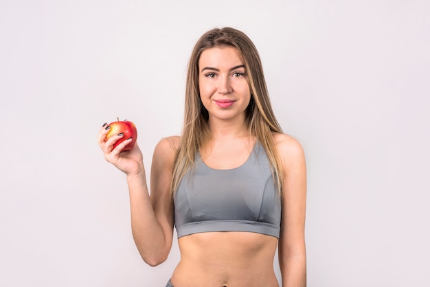 アップルと魅力的な肯定的な女性