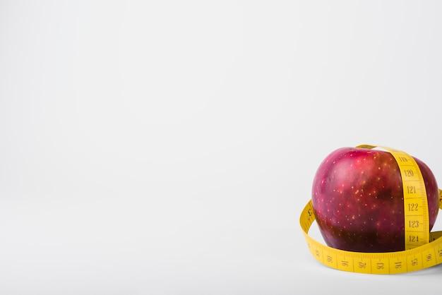 新鮮なリンゴとテープ